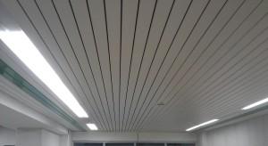 монтаж реечного потолка2