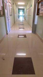 Коридор после выполнения работ по укладке плитки керамогранит 600Х600